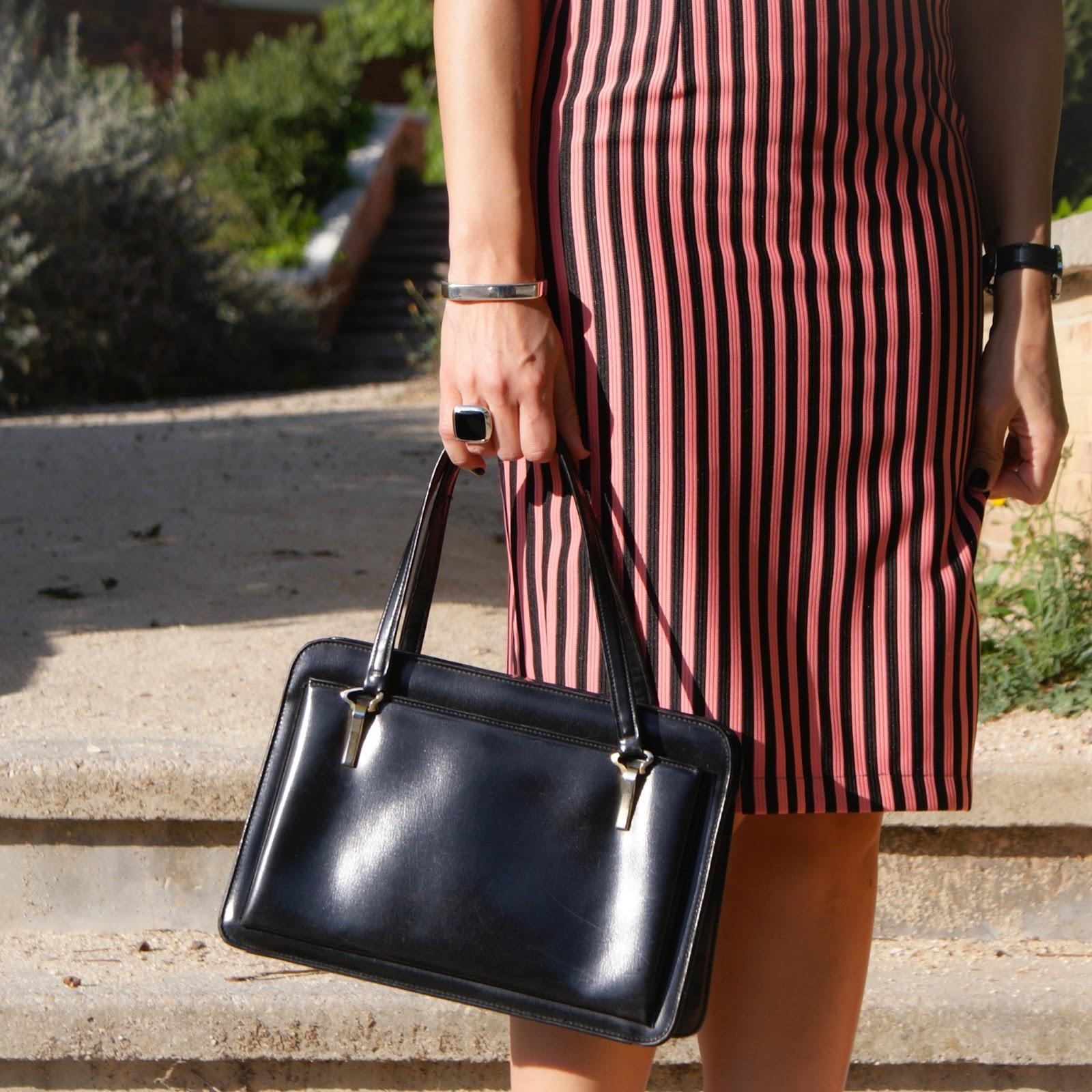 bolso vintage, look primavera titisclothing, rosa, falda lapiz y sudadera