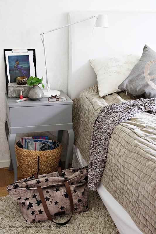 habitación nórdica con color
