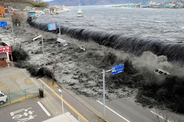 http://3.bp.blogspot.com/-3evFu2N4gsM/TY-BlLu1KlI/AAAAAAAAKDU/SkmXrM2FTa4/s1600/tsunamai.jpg