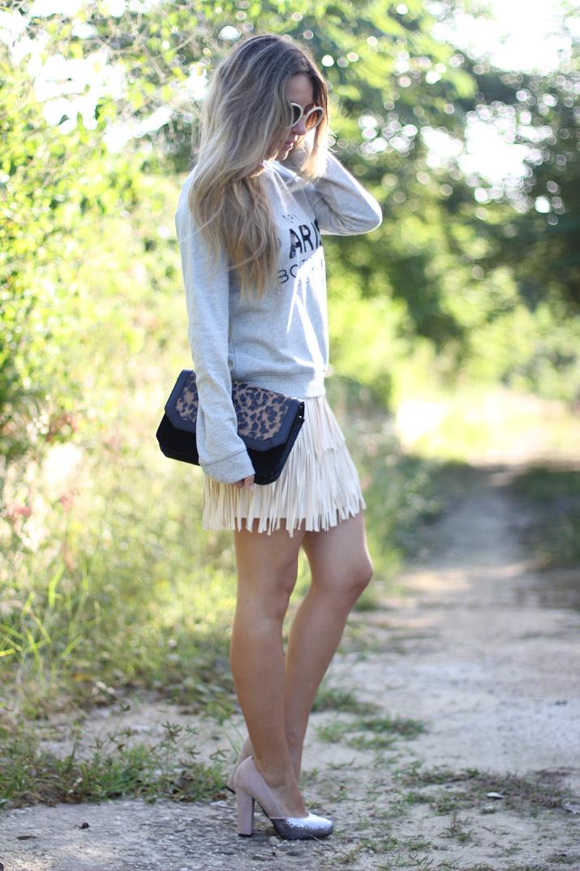 Cómo combinar sweater gris con una falda