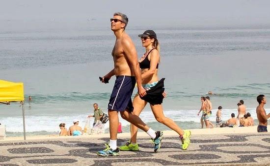 Otaviano Costa flagra roubo na praia e para impedir joga coco no ladrão