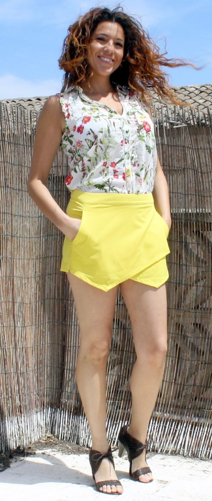 falda corte desigual amarillo