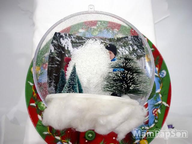 снег из пенопласта в прозрачном новогоднем шаре