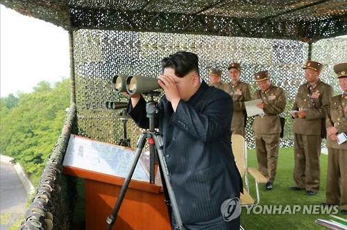 Kim Jong-un observando maniobras militares de Corea del Norte