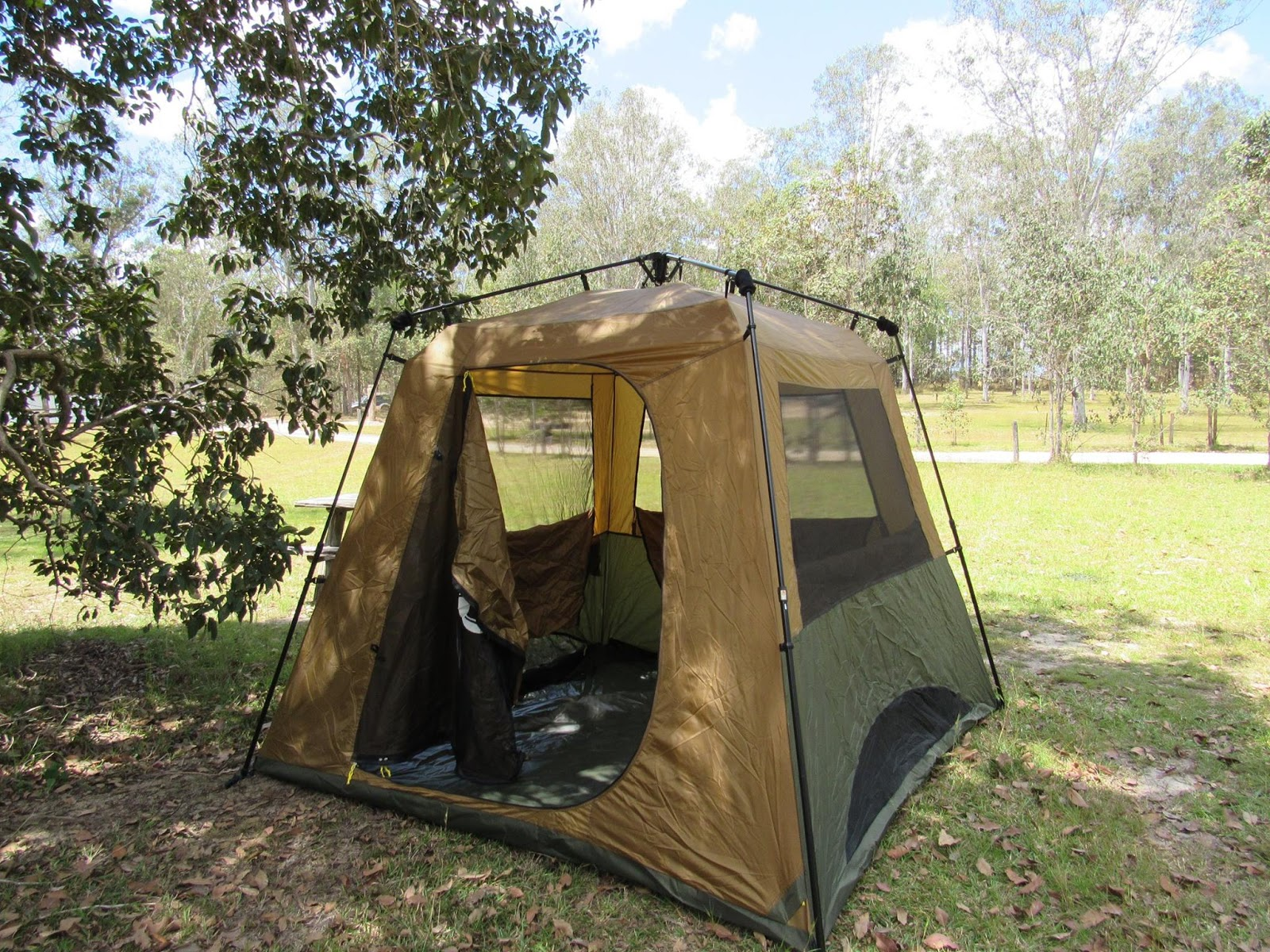 The Coleman Gold Instant Up 4 tent inner fully pitched hold this space! It goes down again in a moment. & Tentworld: Coleman Gold Series Instant Up Tent Maiden Voyage Review