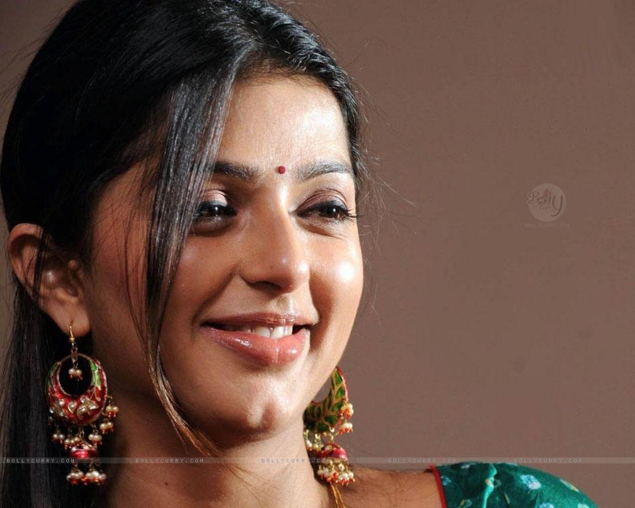 Actress Bhumika Chawla Hot Saree Stills All In All Free