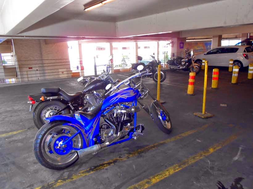 Dejando la moto en el parking del casino