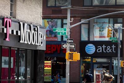 Los ejecutivos de Verizon Communications, AT&T Inc y T-Mobile USA dijeron que los nuevos equipos de Research In Motion son «cruciales» para sus compañías en sus intentos de tener mayor participación en el mercado. Las Vegas- Tres de las mayores empresas de telefonía móvil de Estados Unidos han expresado que apoyarían la BlackBerry 10, que saldrá a la venta el 30 de enero, una señal de alivio para su fabricante, Research In Motion, que ha estado perdiendo terreno en el mercado de equipos avanzados. Ejecutivos de Verizon Communications, AT&T Inc y T-Mobile USA dijeron que aguardan la llegada de los