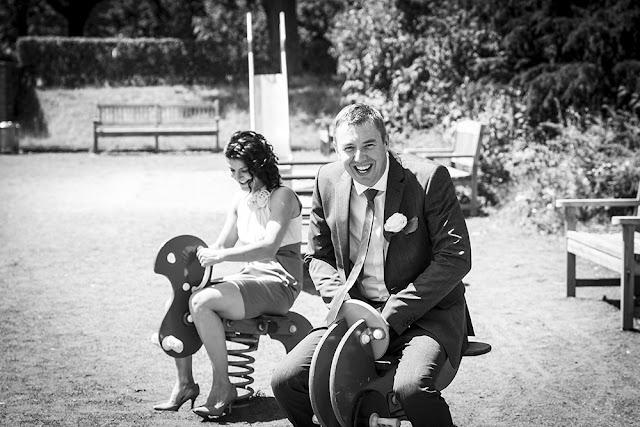 Brautpaar auf Spielplatz im Nordpark