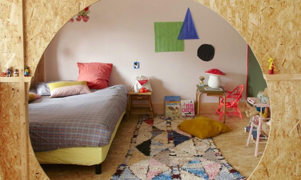 TSF The Socialite Family chambre enfants cabane par Anne Millet styliste, lampe champigon couette tartan