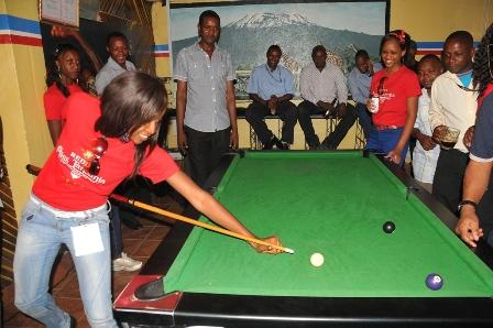 miss tanzania 2012 mary chizi akicheza mchezo wa pool dhidi ya timu ya