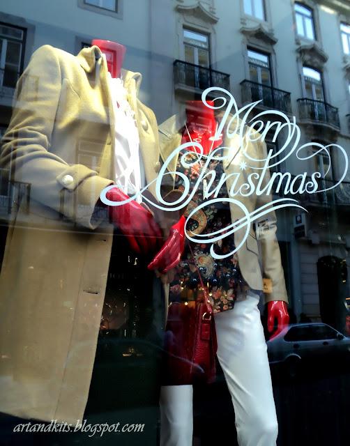 O Natal... é esta época do ano... em que muitos de nós, não compreendendo o verdadeiro espírito da quadra... ainda assim, esperamos encontrá-lo, numa caixa com um laço... ou do outro lado, da montra de uma qualquer loja... / Christmas... it's this time of the year... when many of us, not understanding the true spirit of the season... still hope to find it in a box with a ribbon... or somehow, on the other side of a shop window...