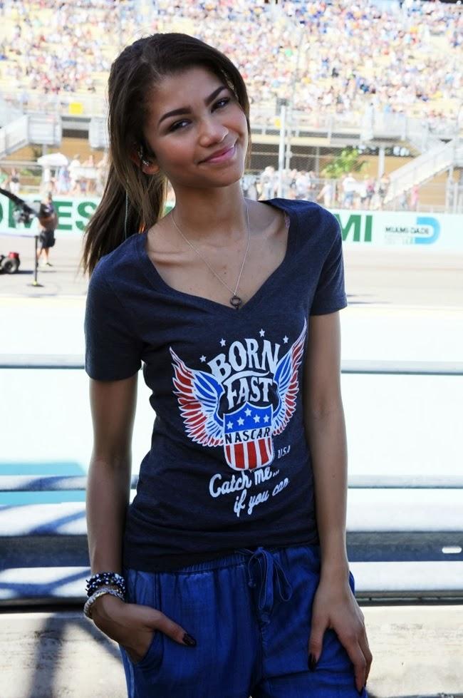 zendaya coleman nacar 1 680x1024 Zendaya canta el himno nacional USA en Carrera Nascar