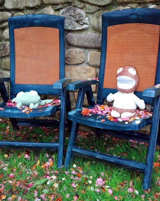 Culito Rana y Colchón descansan sentados en unas tumbonas