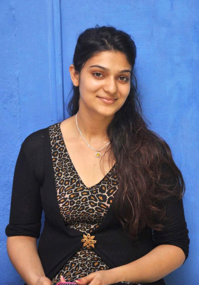 tamil actress siya latest hot cleavage photo shoot gallery k mall