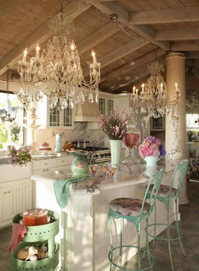 Canlı renkler ve şık avizeler mutfağı tam bir yaşam alanı