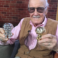 Stan Lee mostrando sus Pop!