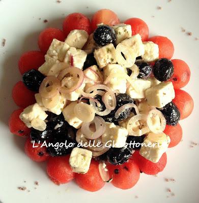 l'insolita insalata greca con feta, anguria, rossa di tropea e olive kalamata