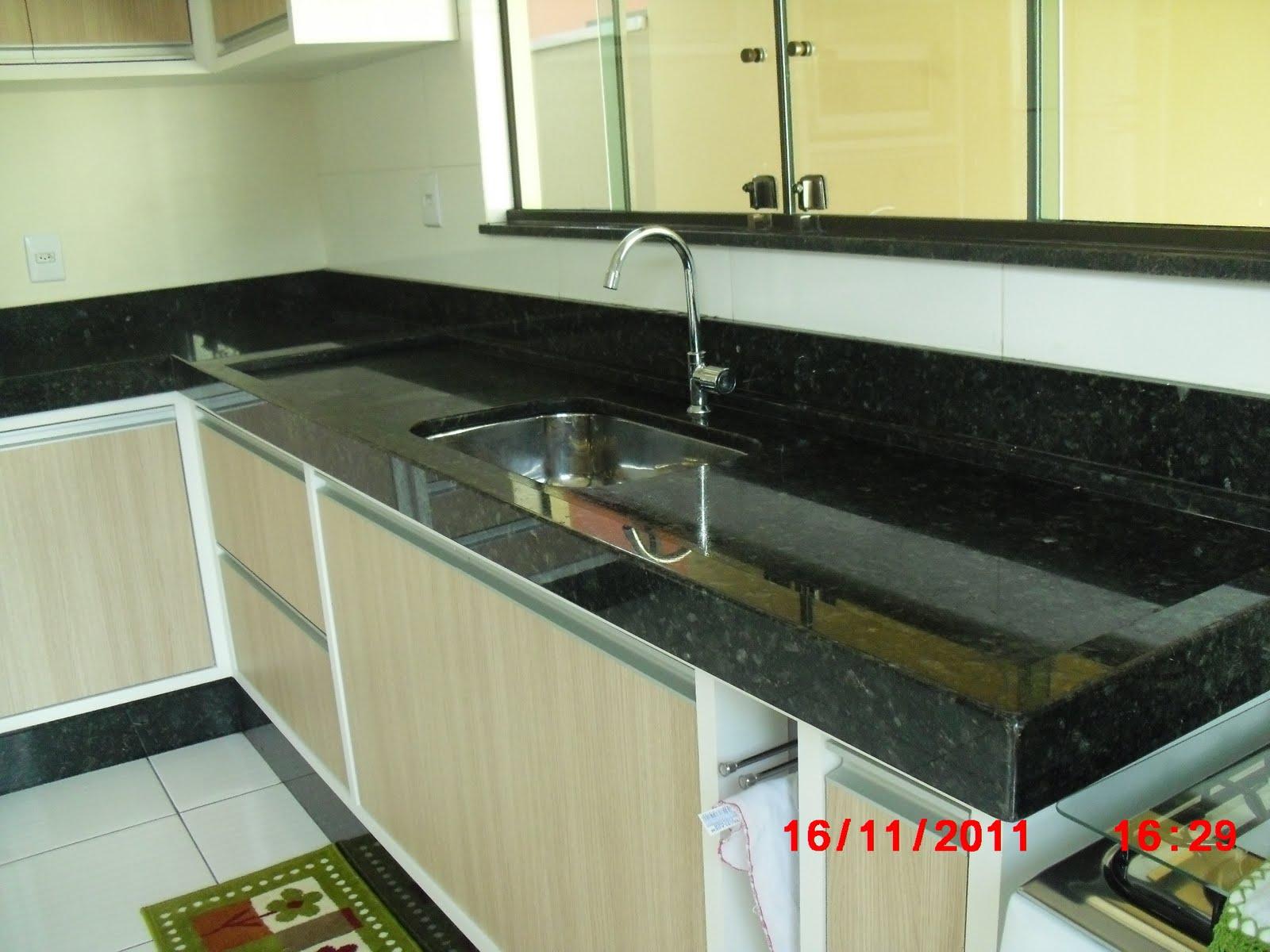 Pia em granito Verde Ubatuba com acabamento meia esquadria. Borda de  #838348 1600x1200 Banheiro Com Granito Verde Ubatuba