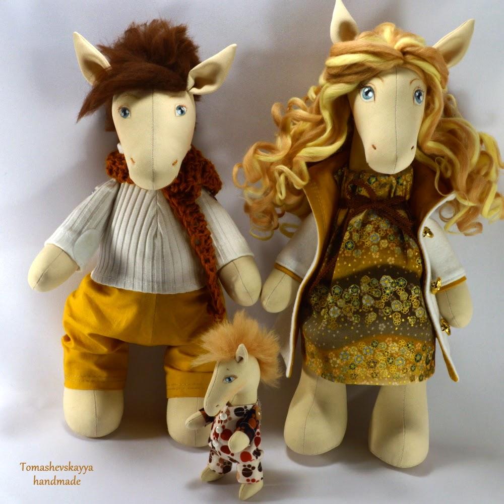 Лошадки. Семья лошадок. Влюбленные лошадки. Картинка. Пара лошадей.