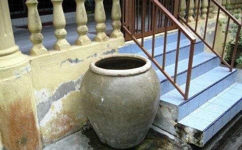 tempayan tempat basuh kaki, air tempayan luar rumah, nostalgia tempayan