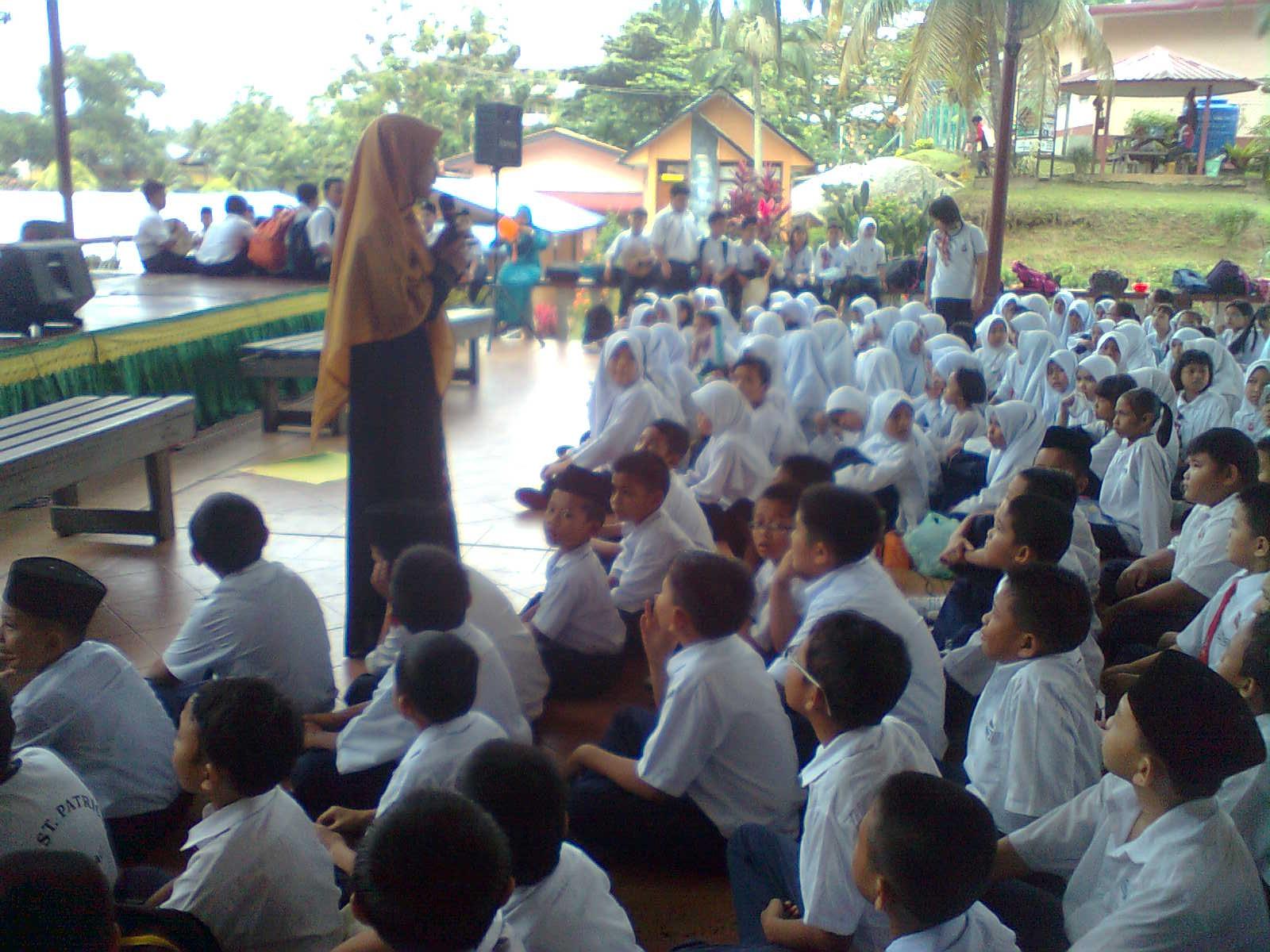 Beberapa Orang Guru Sibuk Menghias Dan Ustazah Norizan Sedang Memberi