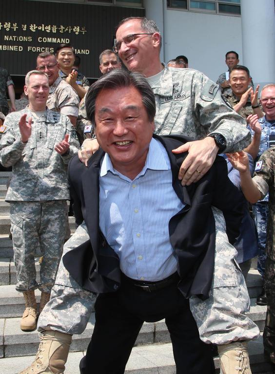 El general de las fuerzas estadounidenses en Corea del Sur cabalgando sobre el líder del Partido Saenuri de Corea del Sur