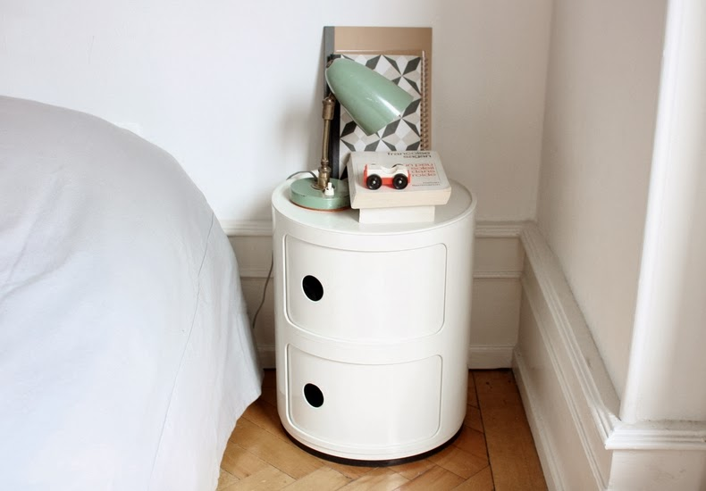 sur la table de chevet de issu 3 yellow cat. Black Bedroom Furniture Sets. Home Design Ideas