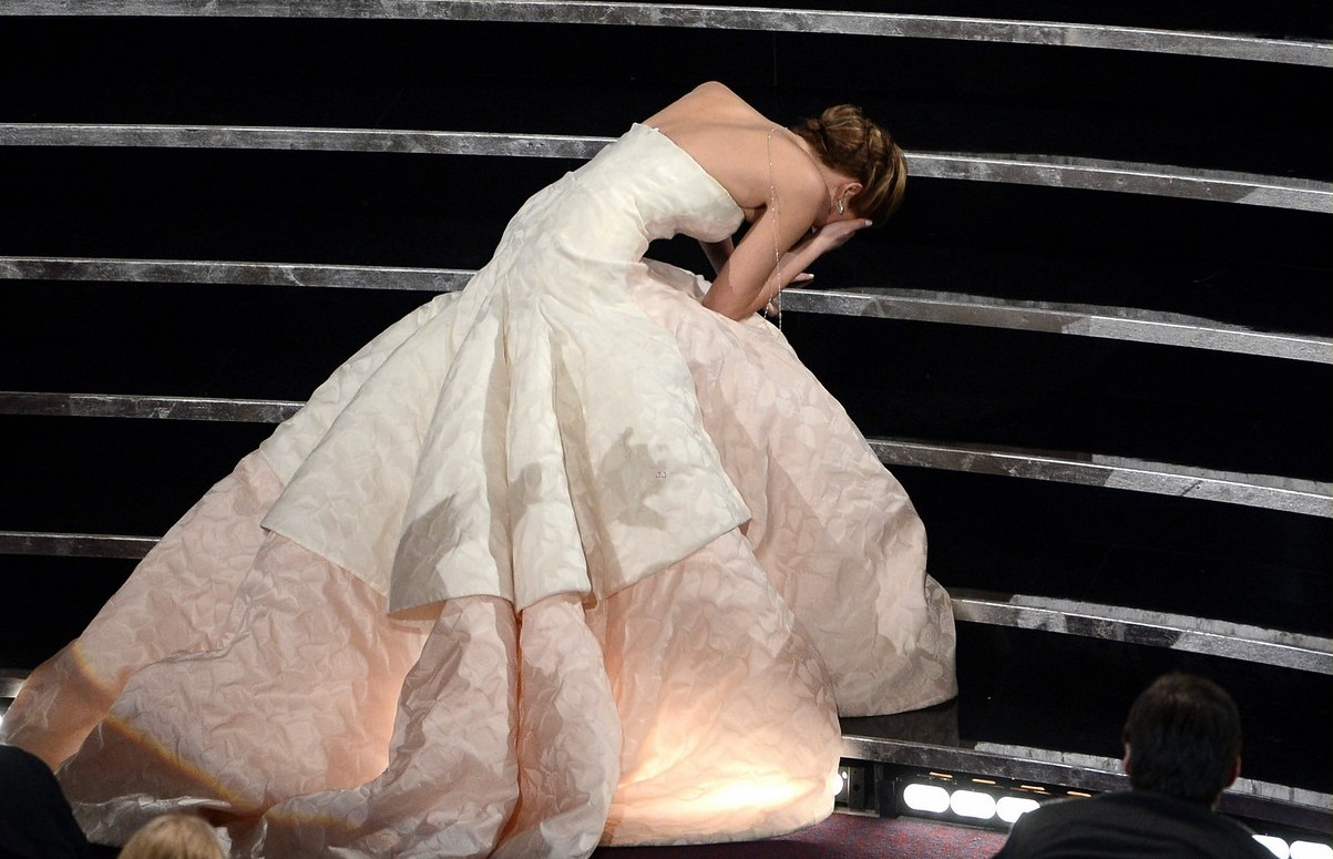 http://3.bp.blogspot.com/-3lRAgnQ8Jl4/USweAtUoNaI/AAAAAAABxeU/JH2rY8vRafg/s1600/jennifer-lawrence-wins-best-actress-falls-on-stage-02.jpg