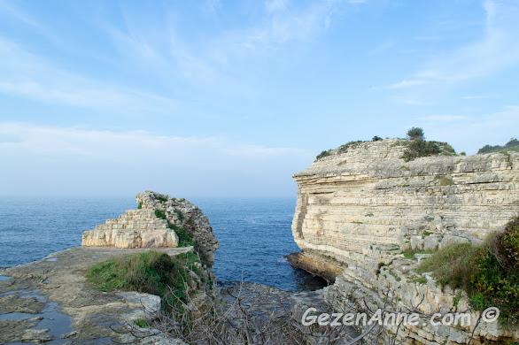 katman katman Kerpe kayalıkları ve Ceneviz kalesi kalıntıları, Kerpe