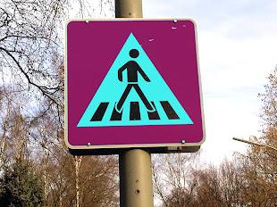 Witzige Verkehrsschilder - Fußgängerüberweg