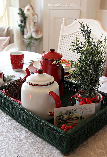 Aiken House Gardens Casual Christmas Tablescape