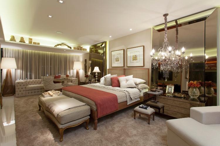 decoracao de interiores estilo classico: de-ar-classico-entre-os-objetos-destaque-para-os-grandes-espelhos-jun