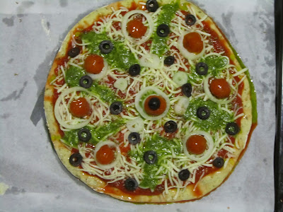 Pizza con salsa pesto y tomates cherry