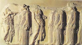 La decoración del Partenón estaba formada por tres conjuntos: El primero, era el relieve de los frontones y tenía el tema de los mitos de la diosa Atenea El segundo, tenía las escenas de los héroes atenienses El tercero, en el friso alrededor del templo, representaba la procesión de los atenienses en las fiestas Panateneas.