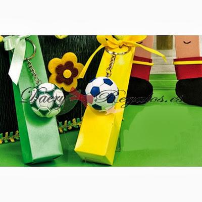cajas rellenas de caramelos con llaveros de Balones de Fútbol.