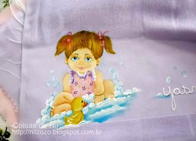 fralda de boca com pintura de menina no banho