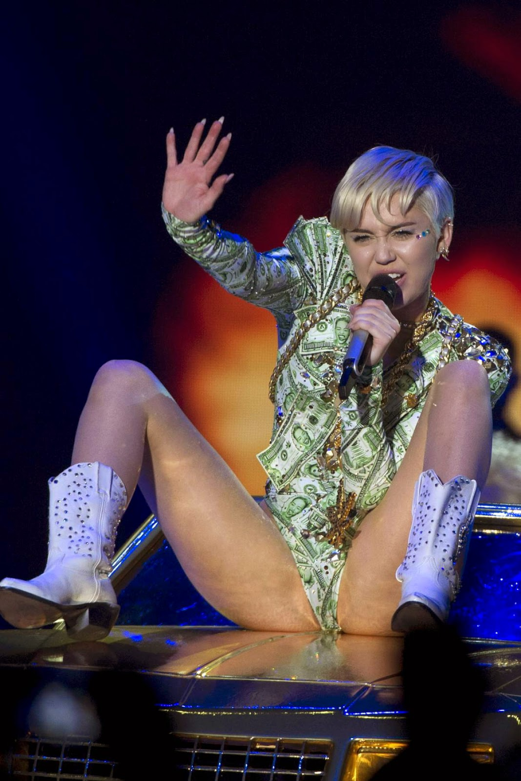 Scandal! Miley cyrus upskirt concert logically