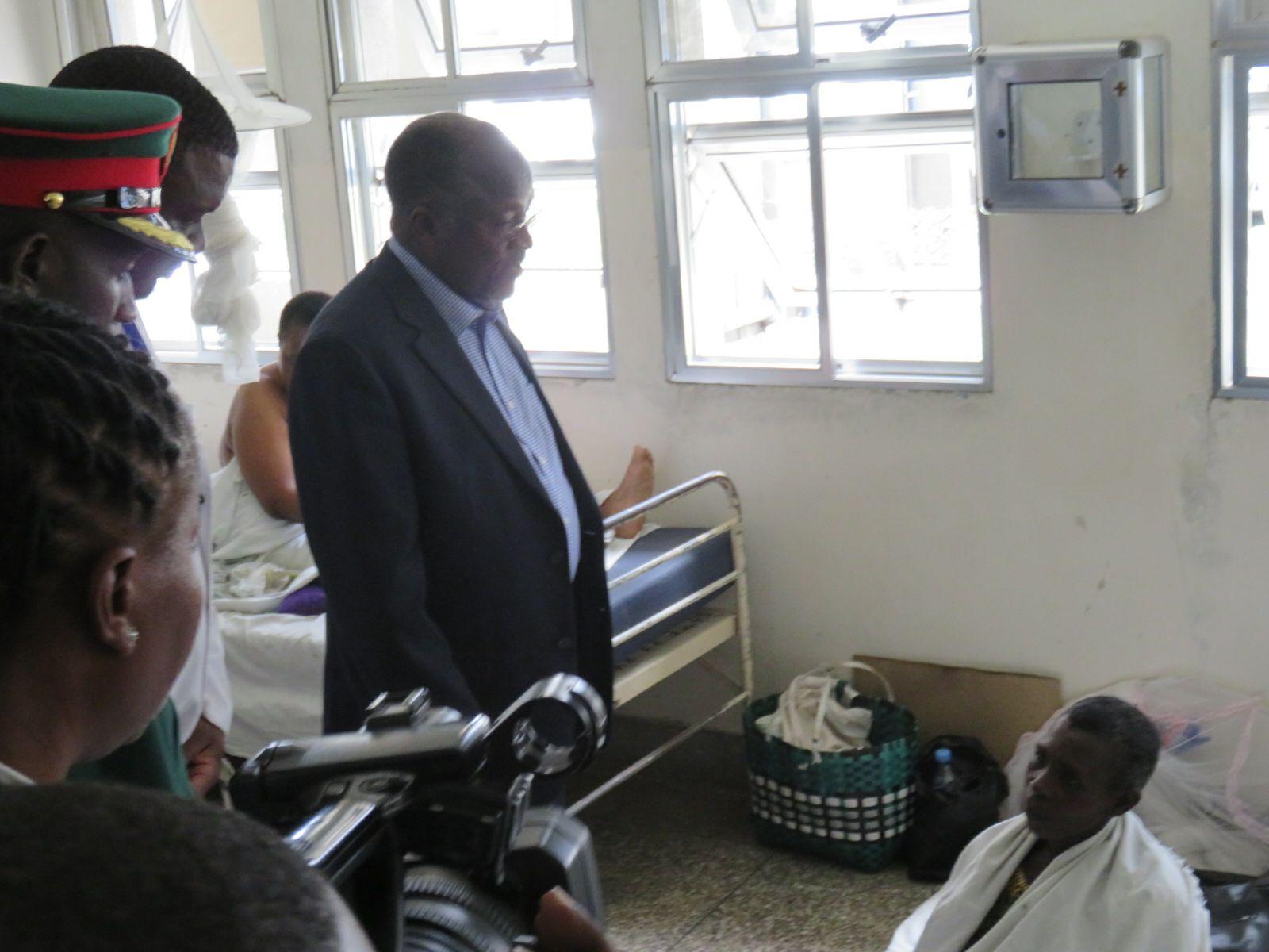 Rais Magufuli katika moja ya wodi za hospitali ya Muhimbili