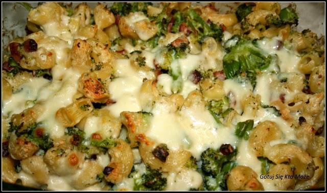 Zapiekanka brokułowa z boczkiem i serowym beszamelem