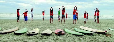 João Malavolta com uma turma de alunos de surfe, em Itanhaém. Foto de Liana John