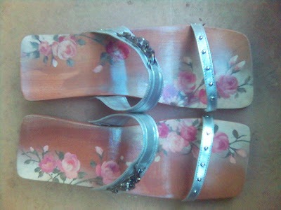Kelom Lukis bunga rose,kelom terbaik,kelom geulis etnik,kelom geulis,kelom lukis,sandal,kelom,kelom geulis bunga ros
