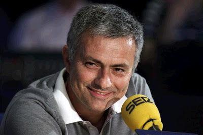 Mourinho talking with the journalists