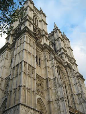 Westminster Abbey (Abadía de Westminster), iglesia de estilo gótico que se fundó en el año 960 D.C. como un monasterio benedicto. Por su gran belleza interior vale la pena visitarla.