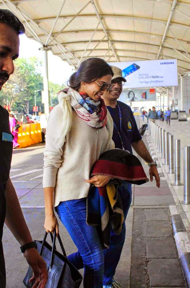 Deepika Padukone Spotted At Mumbai Domestic Airport Photos