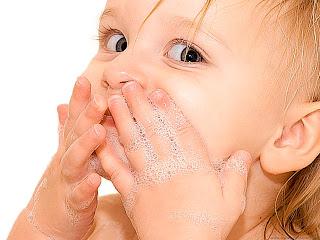 bebita cariñosa lanzando besos