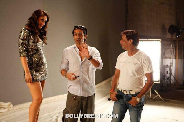 Kareena Kapoor Heroine Movie Silver Short Dress - Kareena Kapoor Heroine Movie Silver Short Dress Hot Pics