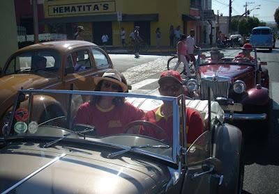 Colecionadores de carros antigos a caminho do evento em Birigui.