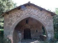 Detall del porxo, d'arc apuntat, i del portal adovellat de la capella de Sant Marçal de Puig-reig