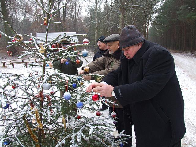 Już tradycyjnie w przeddzień Wigilii odwiedziłem polanę na Bielawach. Nie sam. Był ze mną pułkownik Marian Zach, Piotr Kacprzak, Jerzy Łumiński i Grzegorz Korczak.
